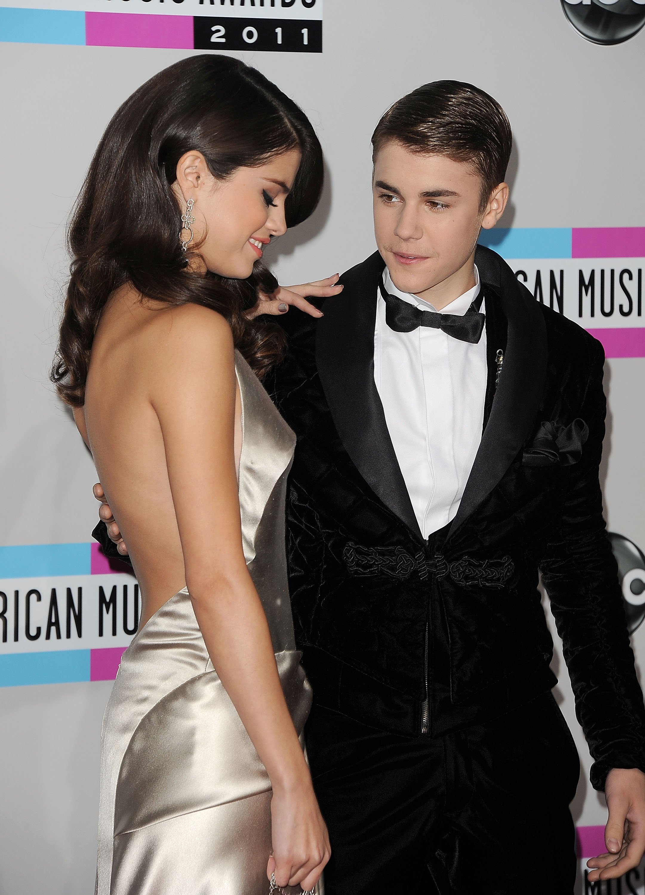 who is justin bieber currently dating 2015