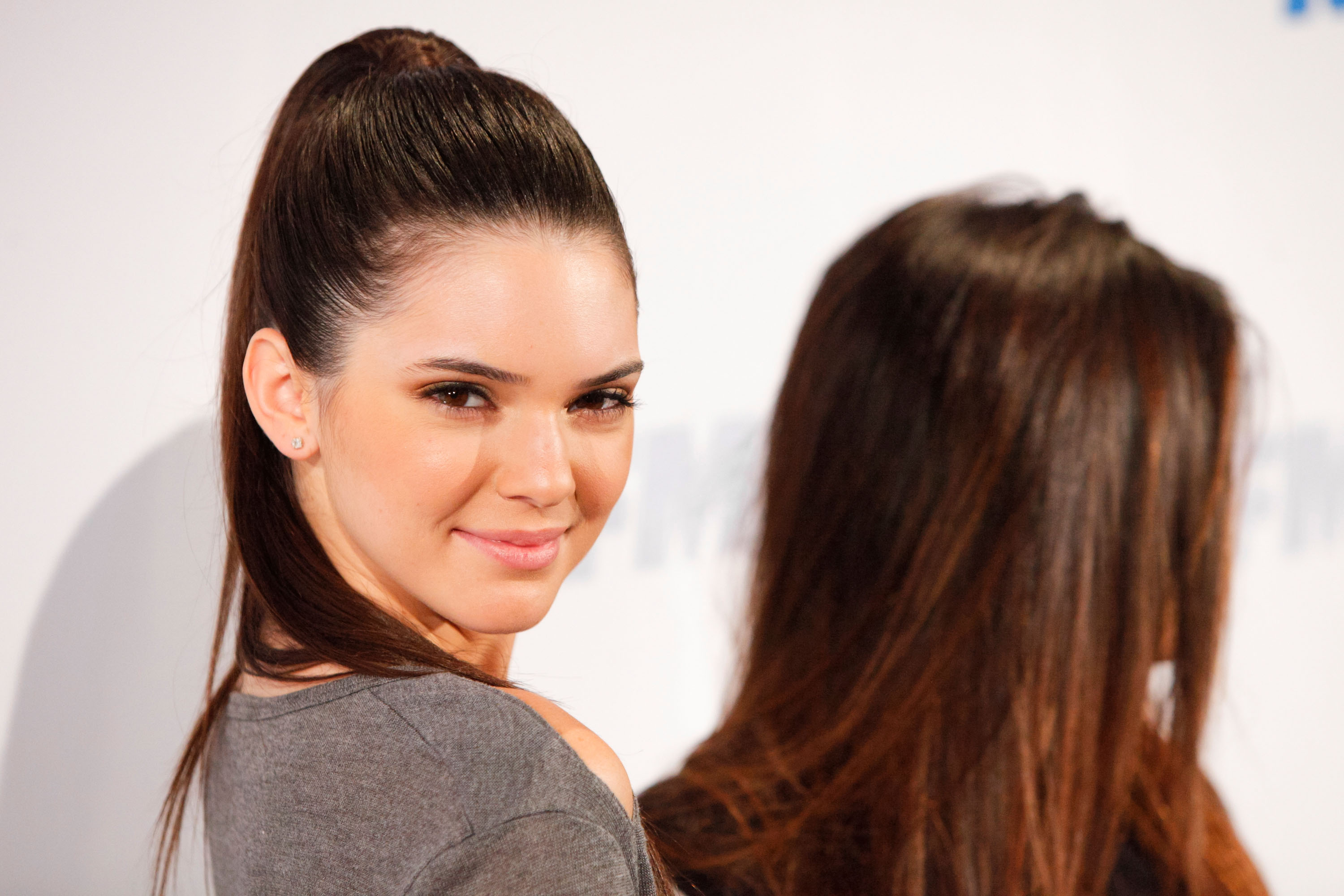 How To Copy Kendall Jenners Messy Ponytail Nail Her Cute But Casual Look PHOTO