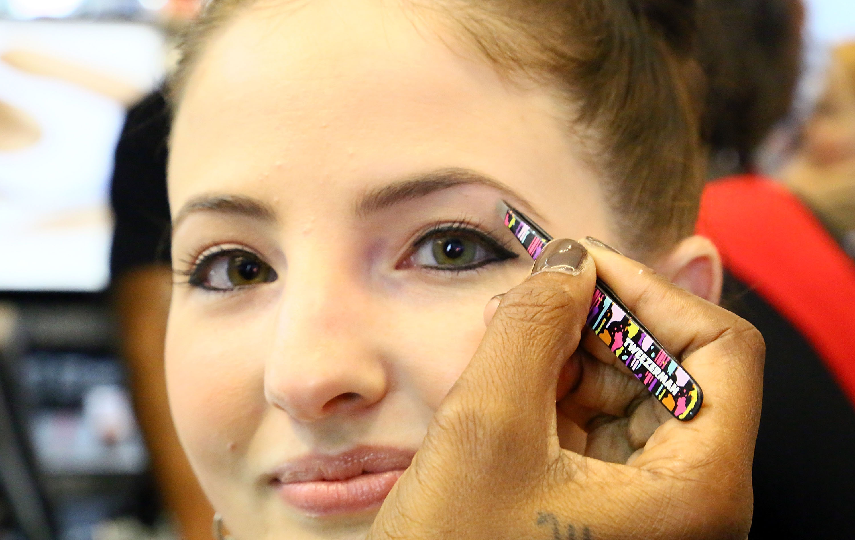 Eyebrow Experts Prefer Tweezing, So Stop Waxing and Threading