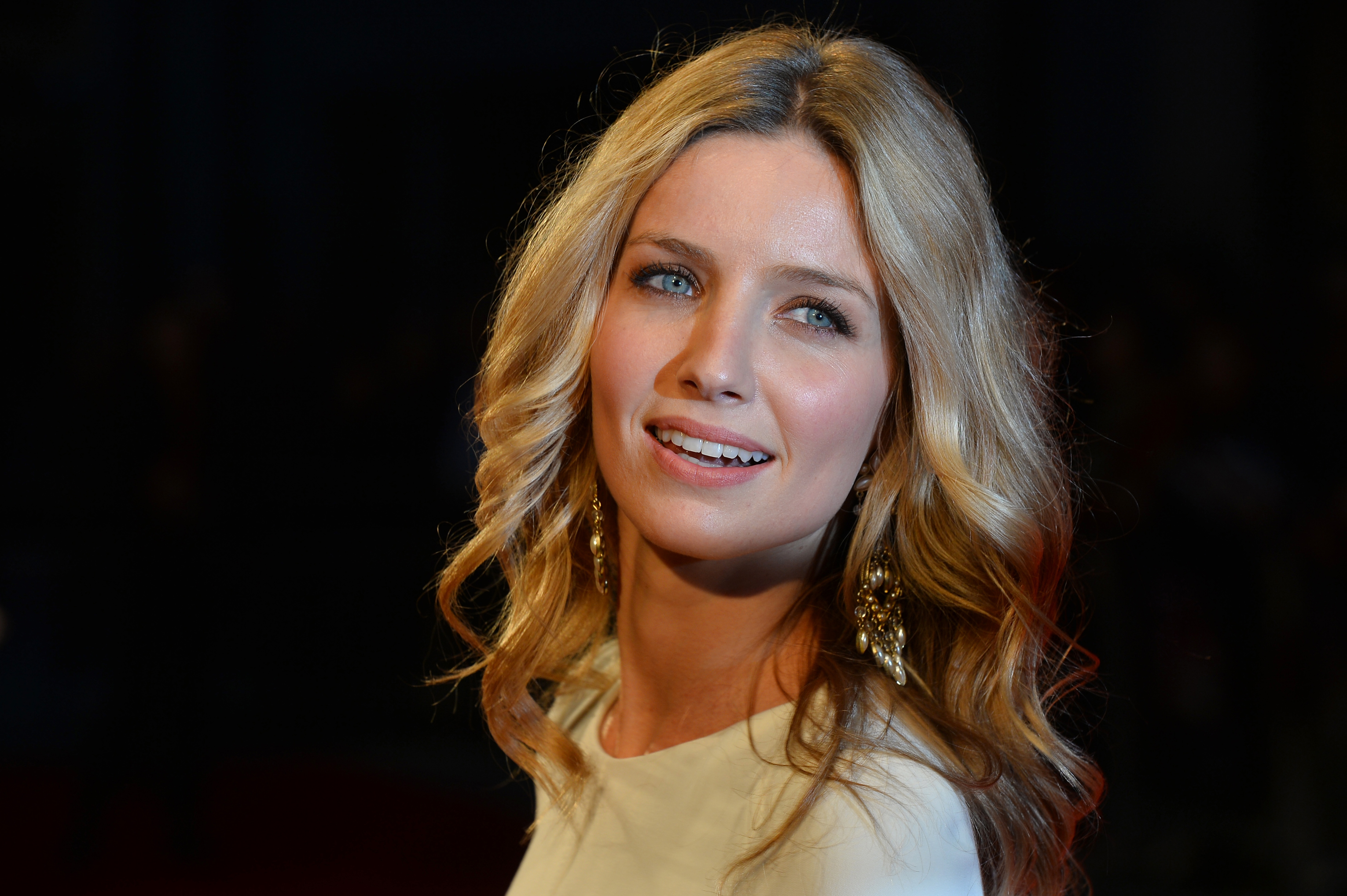 Who Is Annabelle Wallis The Annabelle Actress Is More Than Just A