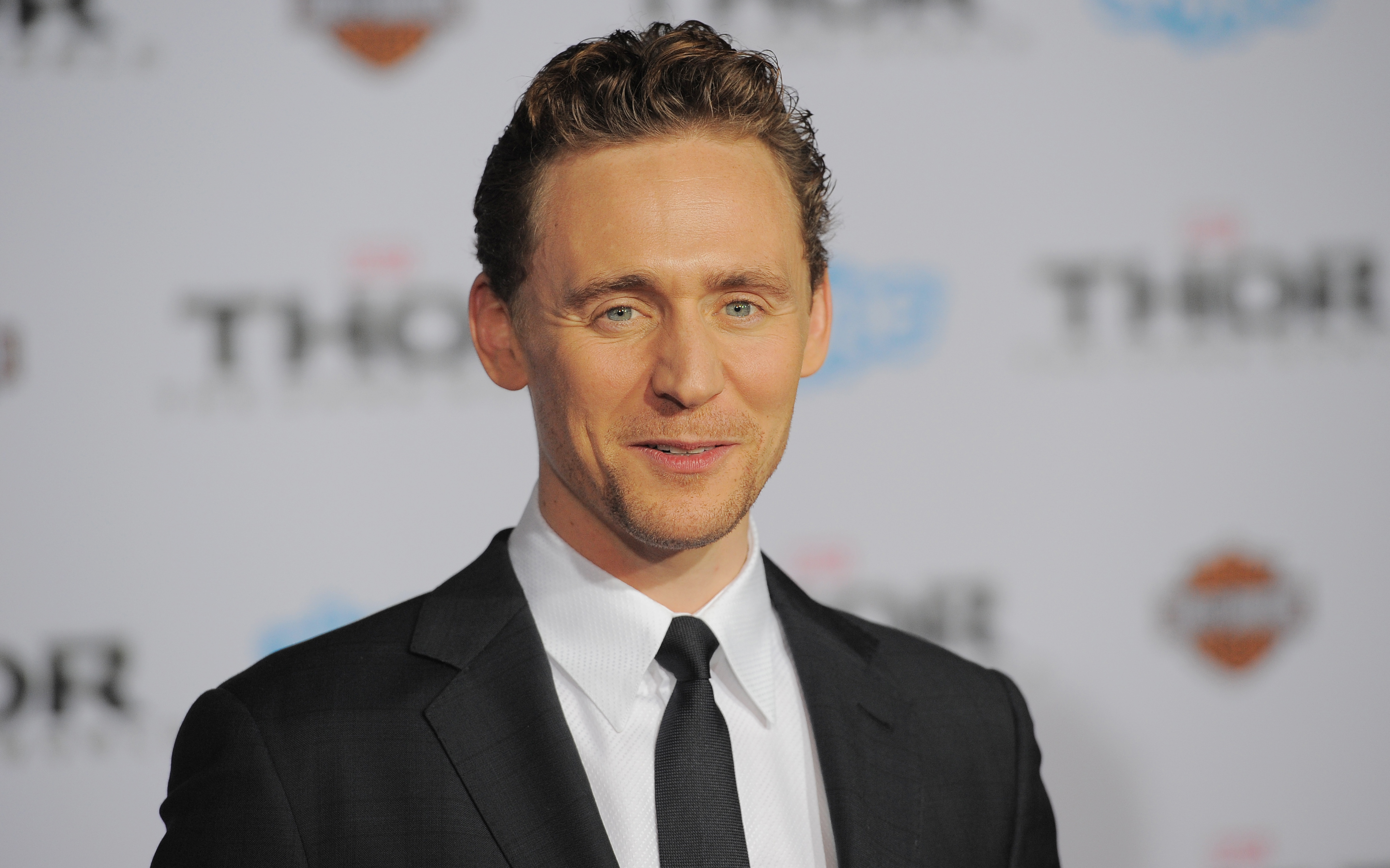 Ranking Tom Hiddlestons Hairstyles From His Long Loki Locks To His