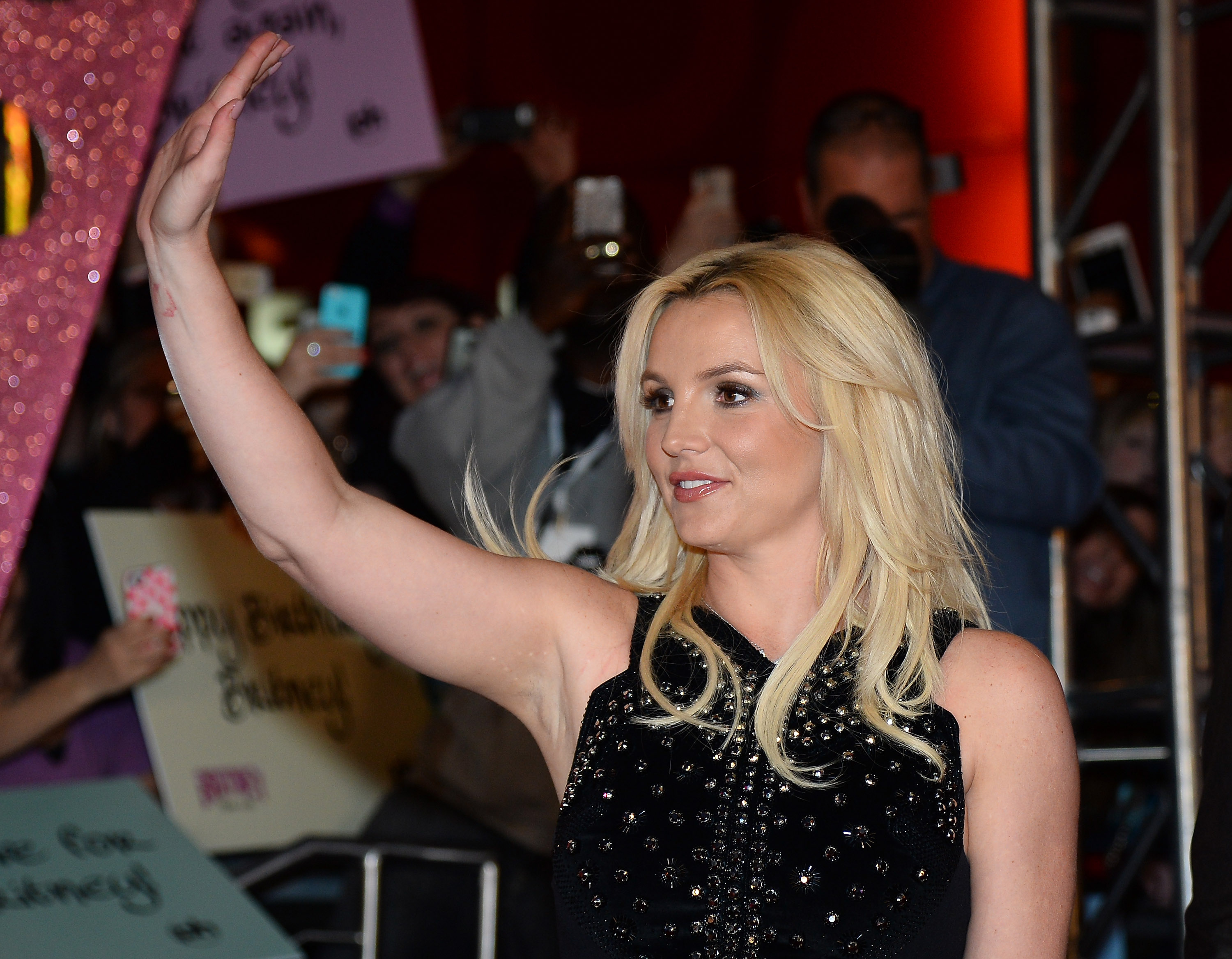 Britney Spears Mic Pack Falls Off During Concert But Oops The Singing Keeps Going Video