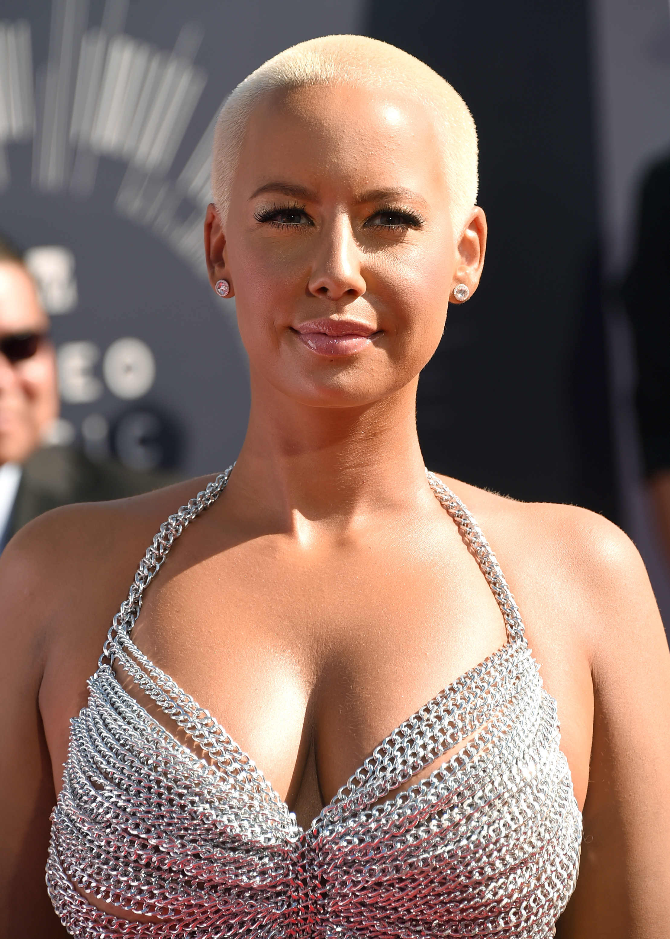 Amber Roses Vma Outfit Is A Total Rose Mcgowan Exhibitionist