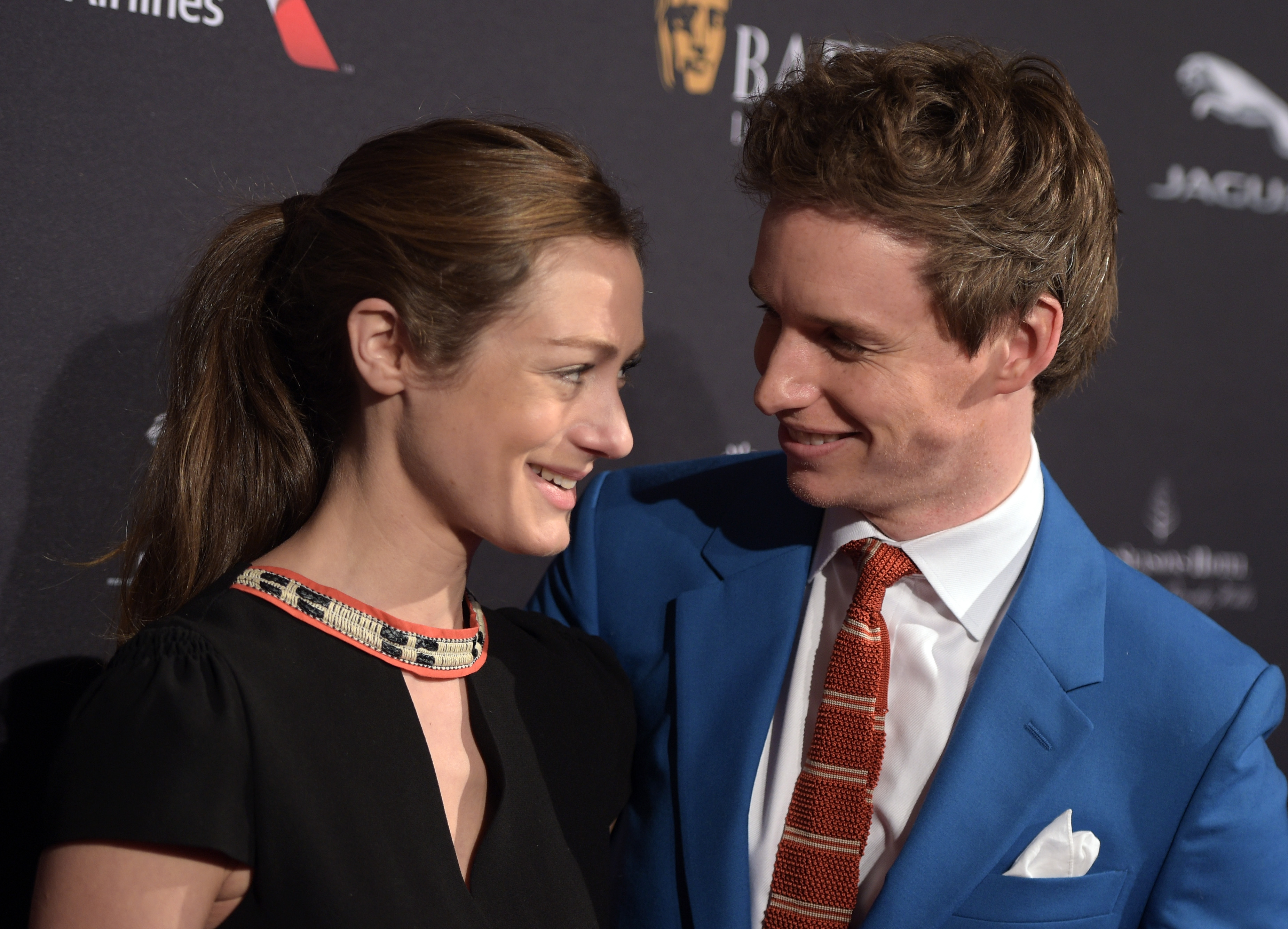 Eddie Redmayne Hannah Bagshawe S Cutest Moments From Subway Kisses To Awards Show Speeches