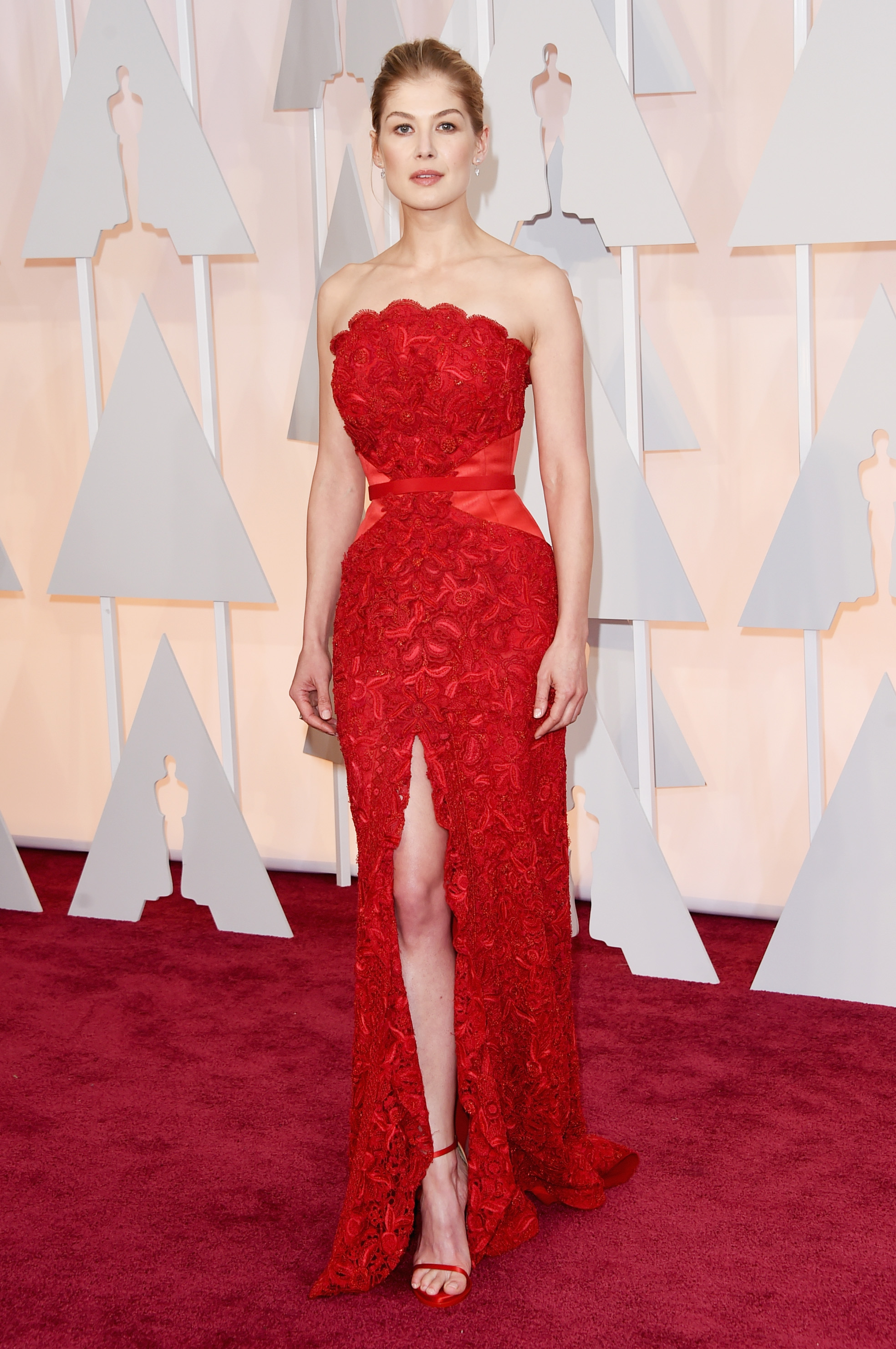 Rosamund Pike Wears A Givenchy Gown On The Oscars Red Carpet (And ...