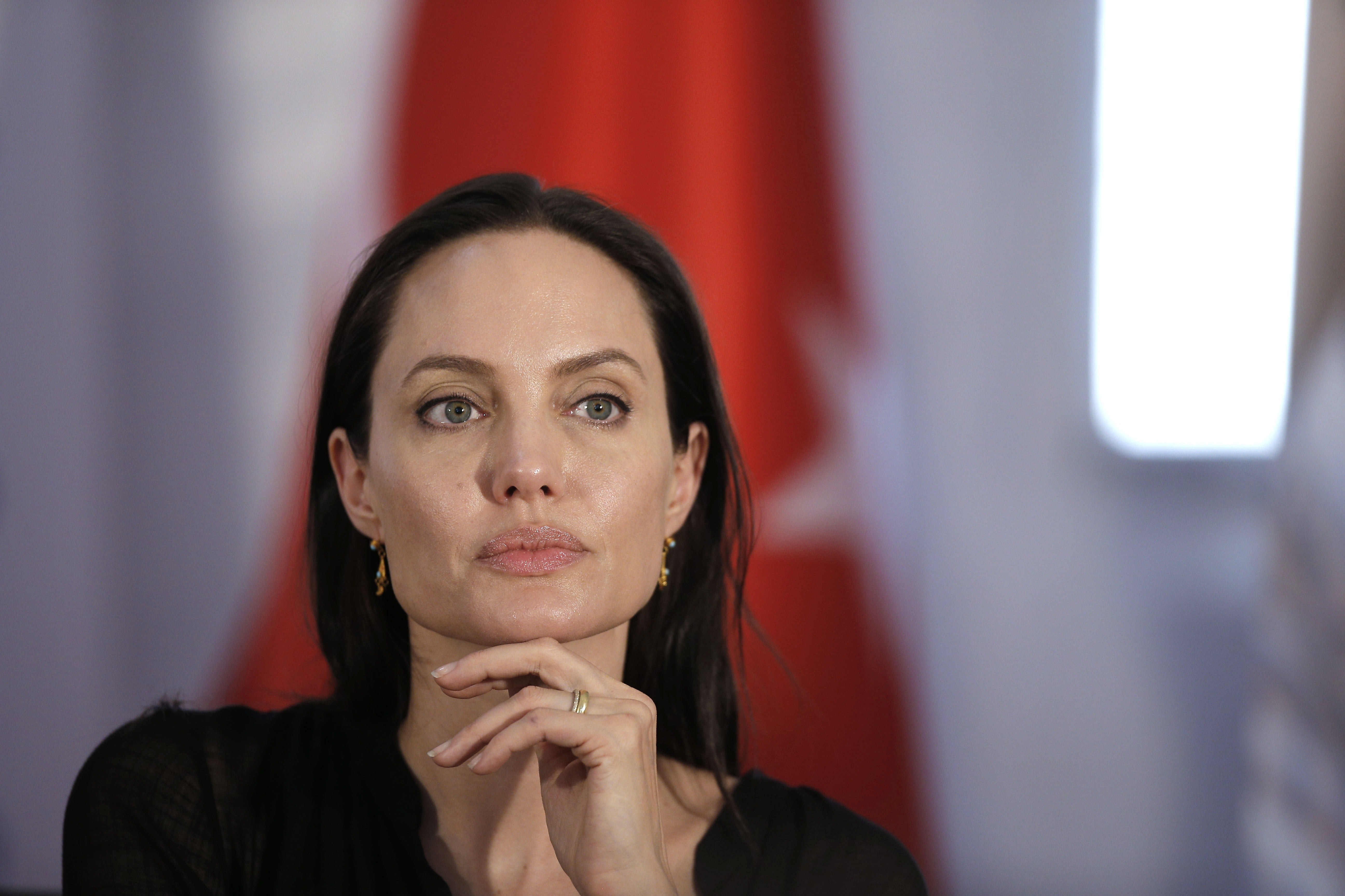Media: Angelina Jolie urgently placed in a psychiatric clinic 13.08.2018 89