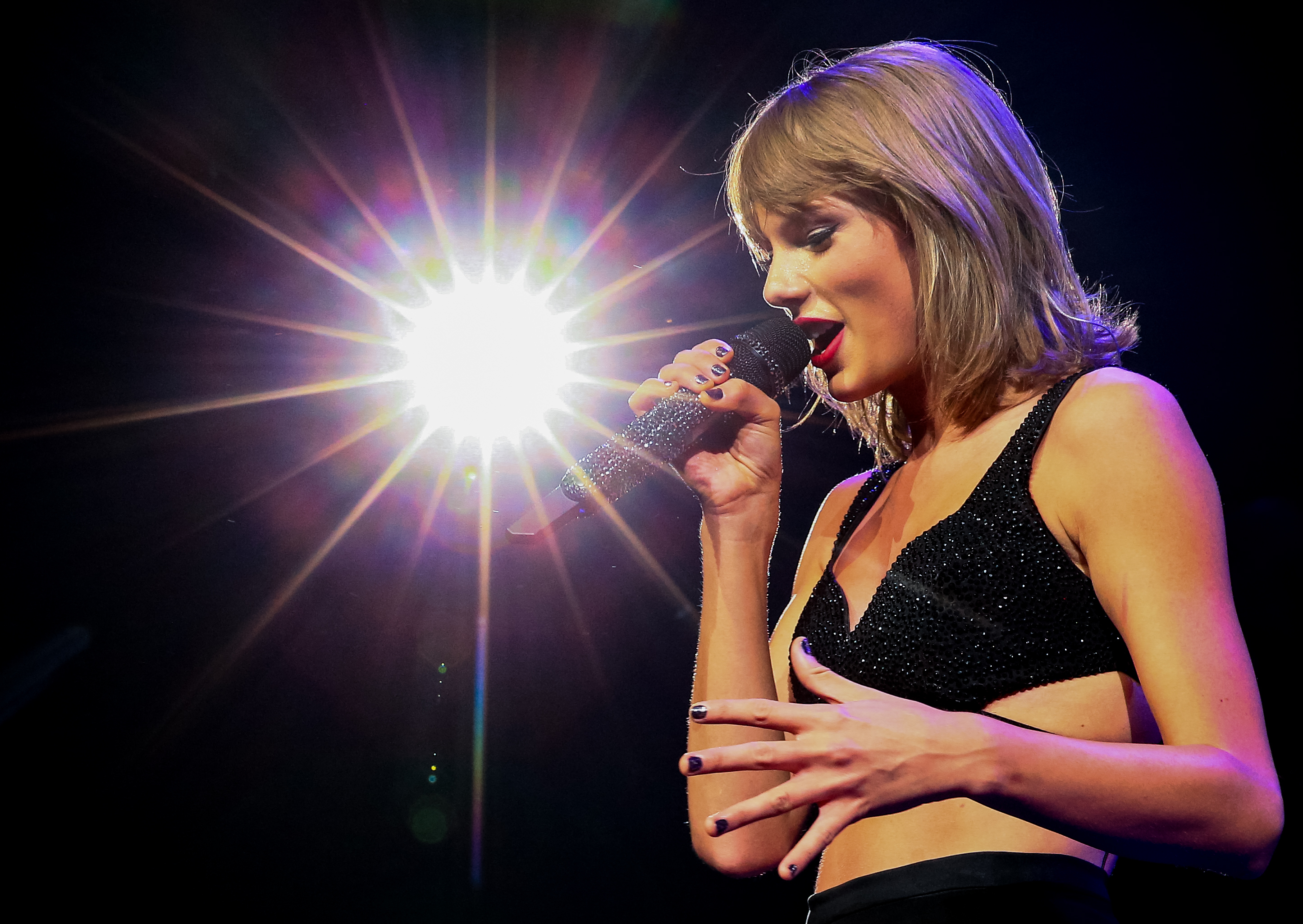 a '1989'-inspired taylor swift halloween costume that will make you