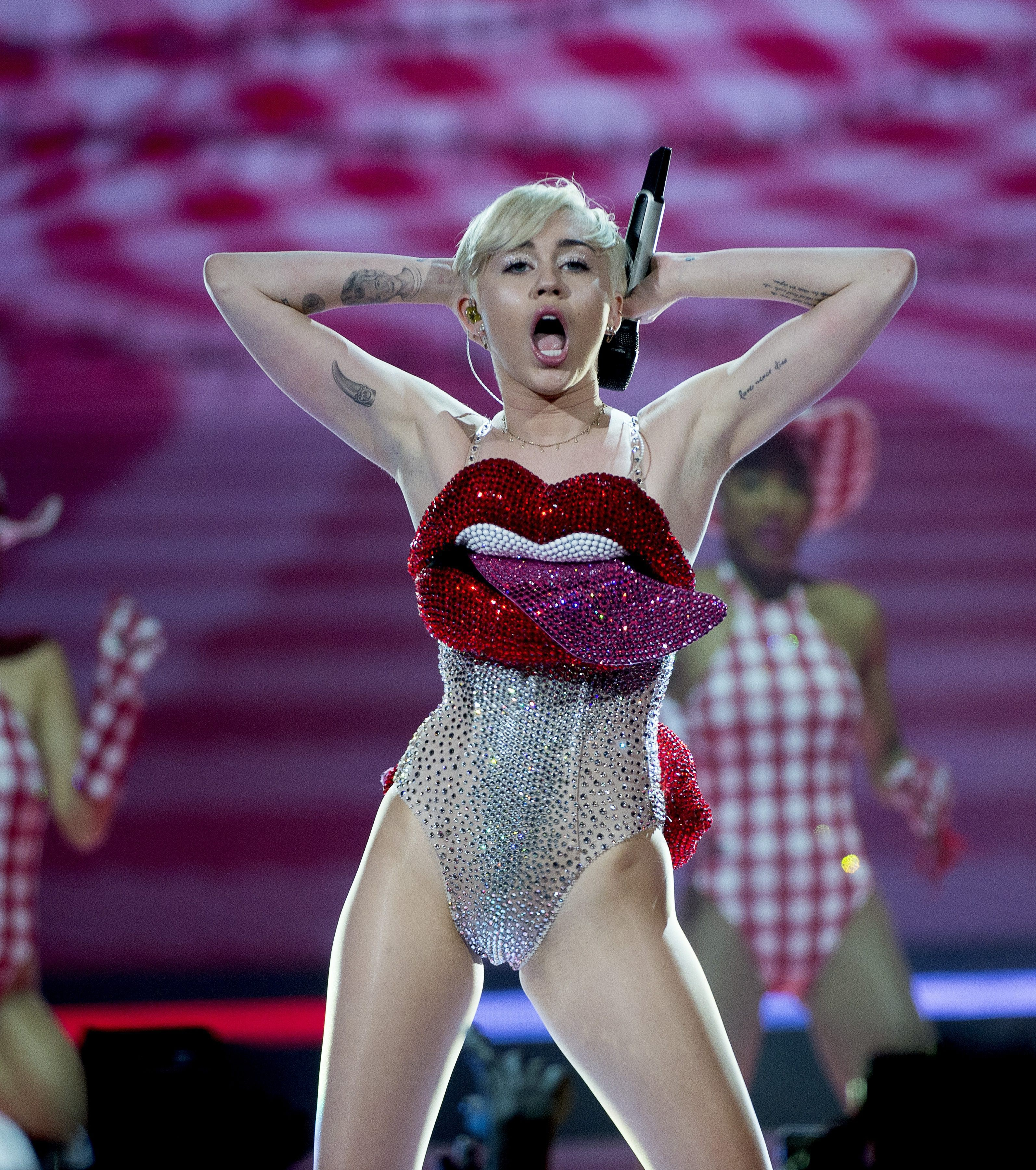 Miley Cyrus Shows Off Armpit Hair Makes Me Like Her More In The