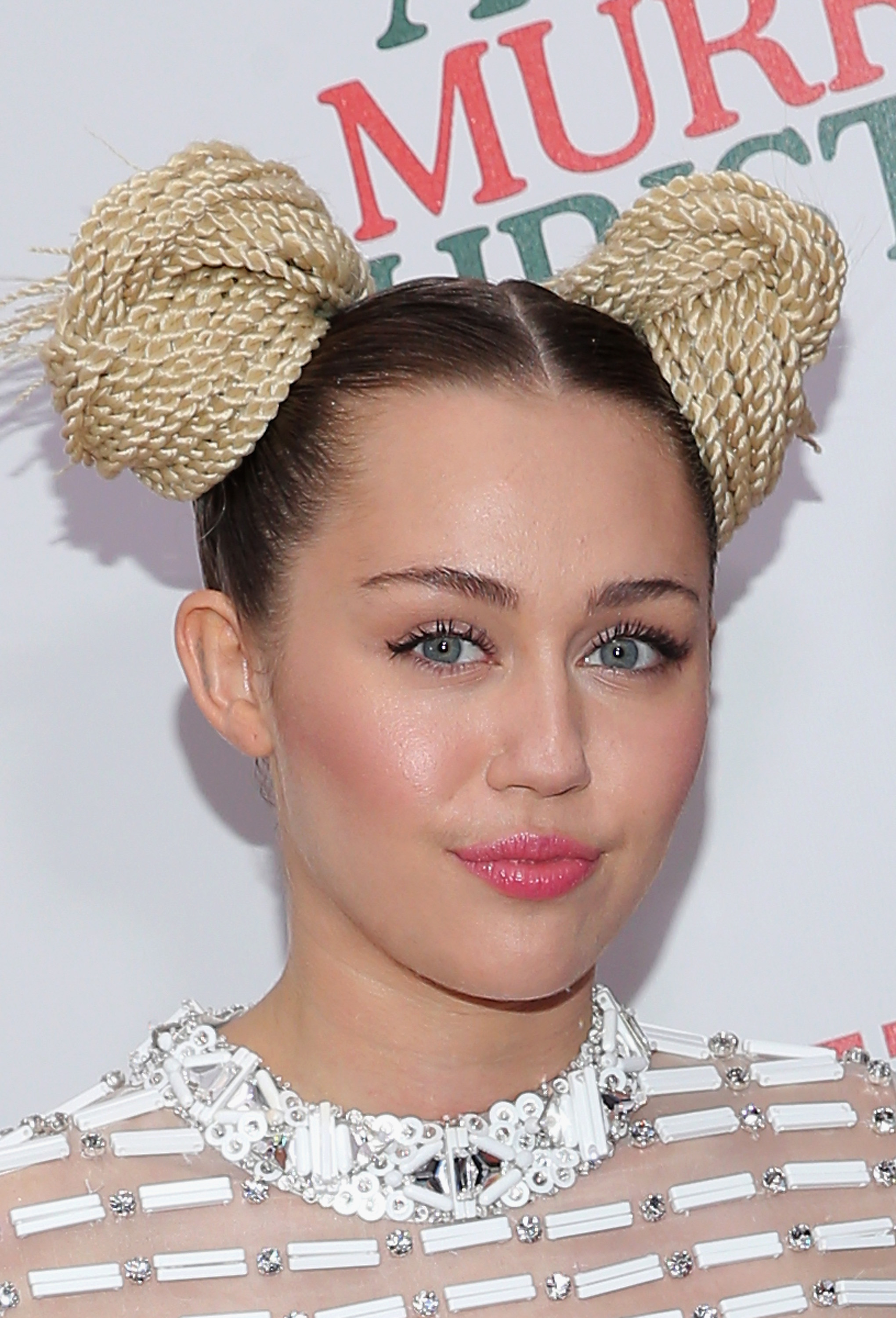 miley cyrus makeup free selfie is shockingly normal � photos