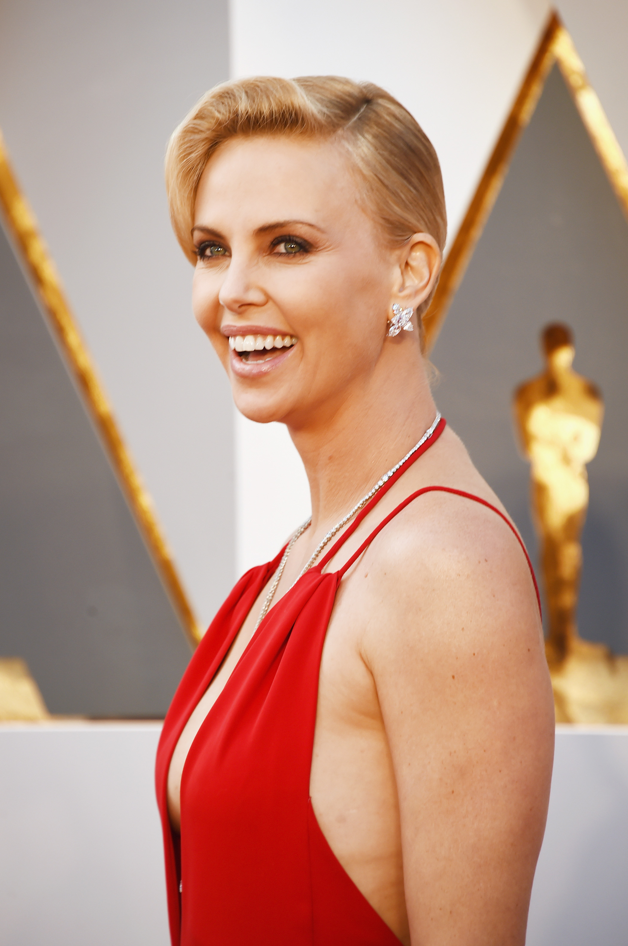 Charlize Theron S 2016 Oscars Dress Is Classically