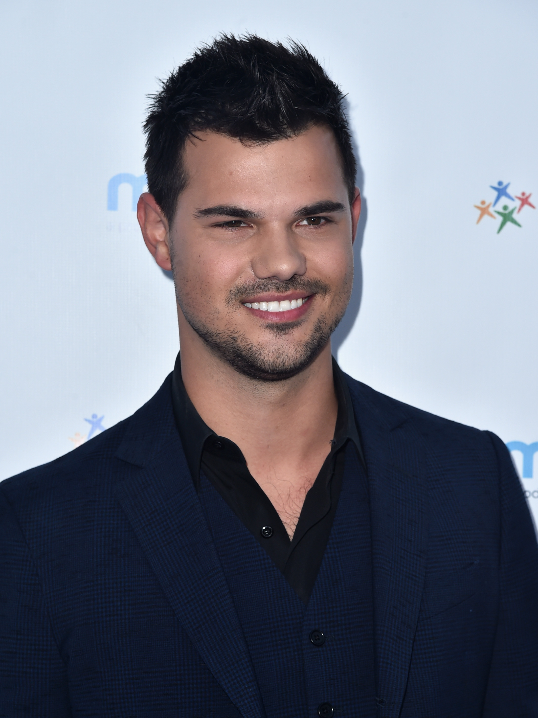 Taylor Lautner Includes Taylor Swift In His First ...