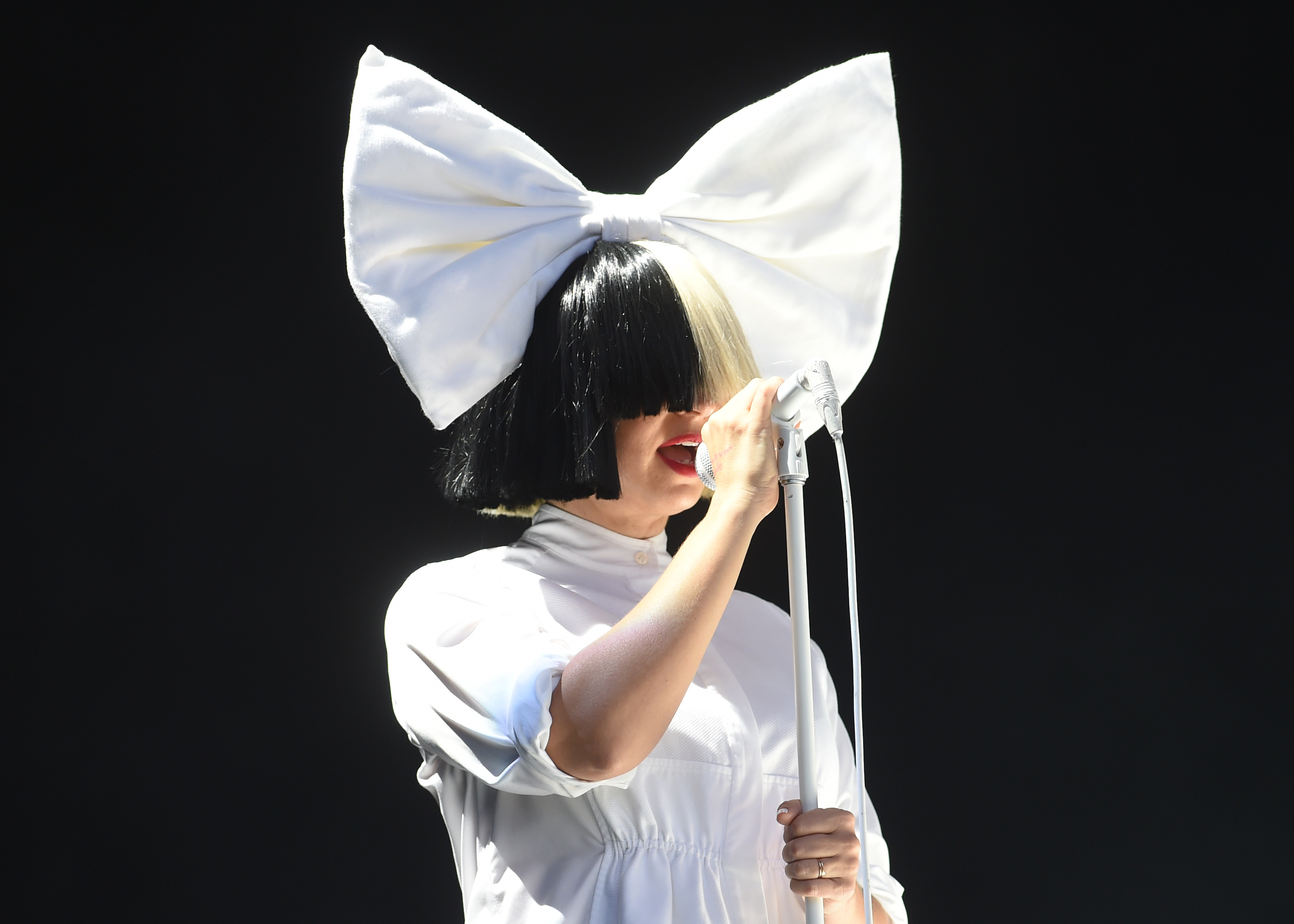 An Easy Sia Halloween Costume Idea Because You Need Little More Than A Wig